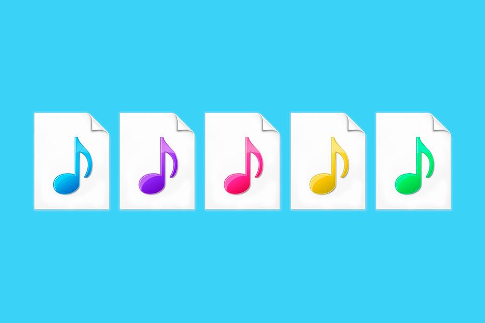 Quais são as diferenças entre os formatos de áudio WAV, MP3, AAC e FLAC?