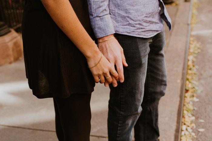 Casal parado na calçada