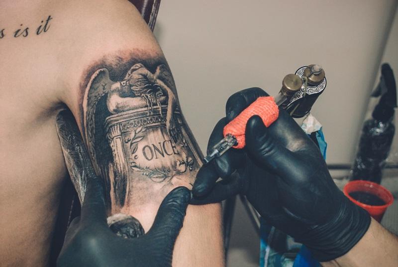 Uma tatuagem no braço