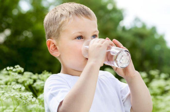Bebê tomando agua