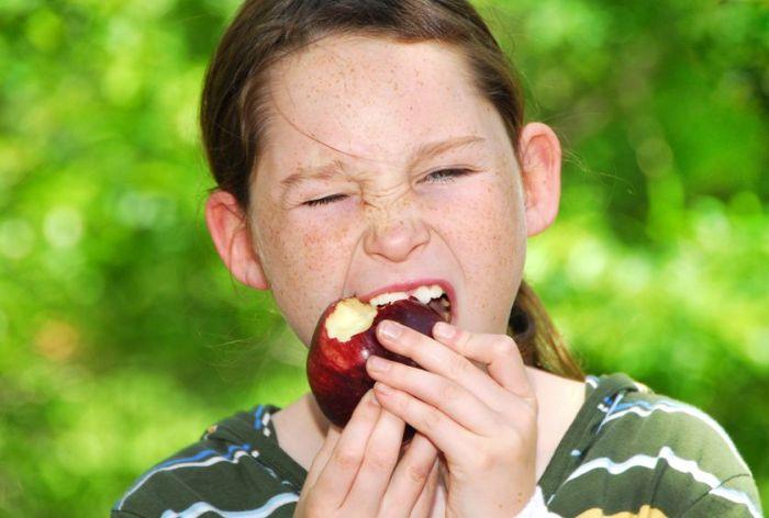 Comendo uma maçã vermelha