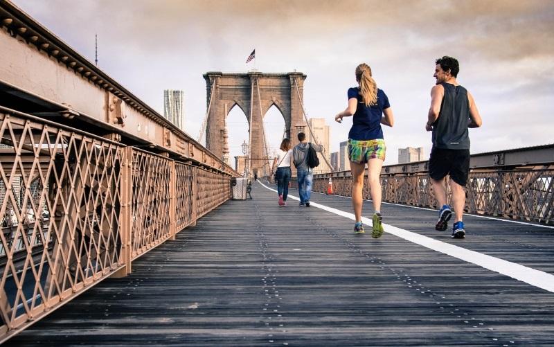 amigos correndo em uma ponte
