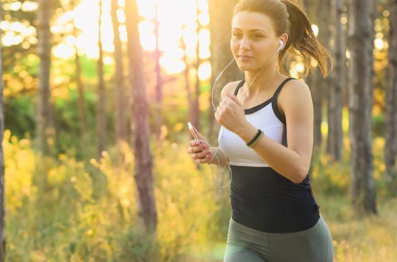 mulher correndo ouvindo música