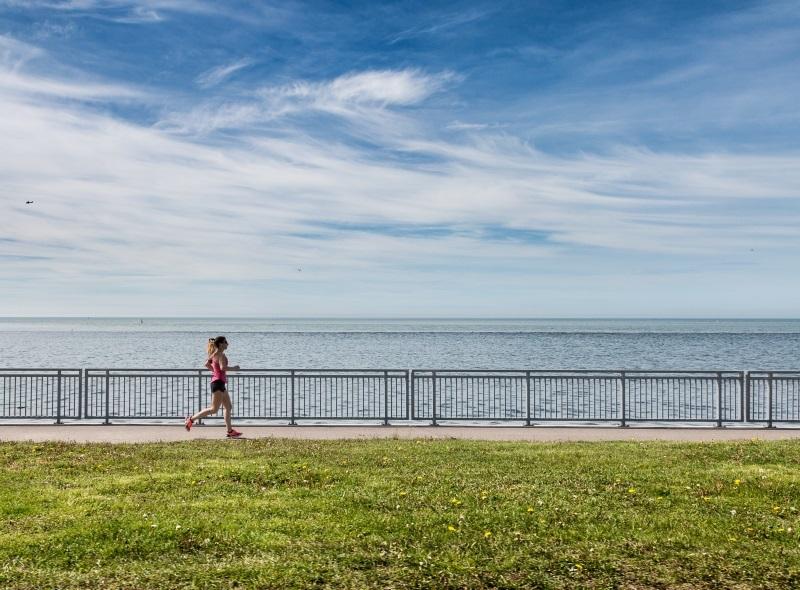 Pessoa correndo a beira mar