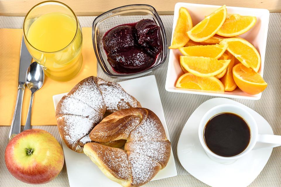 prato de comida e café