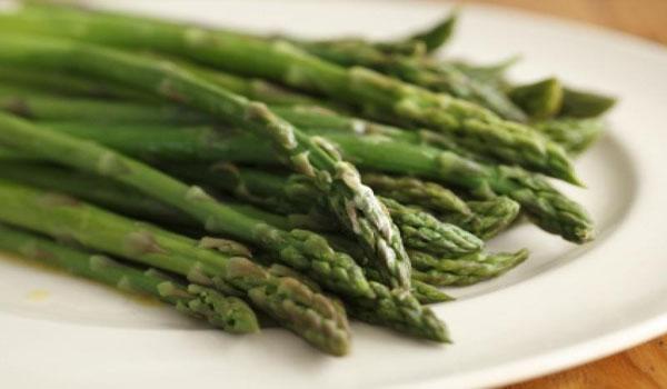Um prato de brócolis