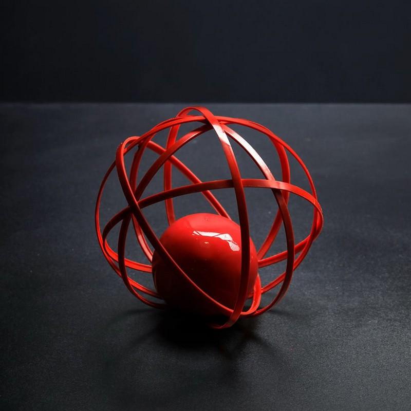 Doce em forma de bola vermelha