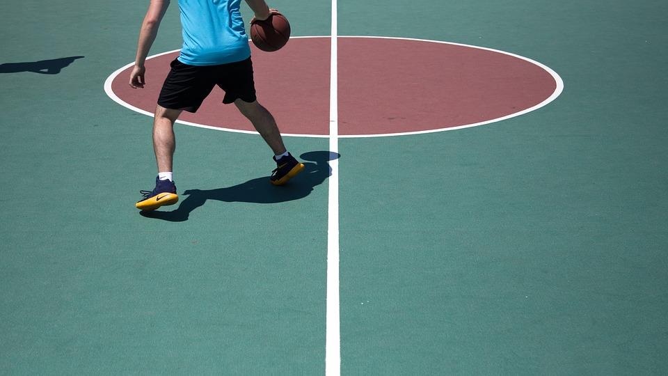 homem-jogando-basquete-12114345336003 Sabías que hay personas que tienen reacciones alérgicas a los ejercicios físicos?