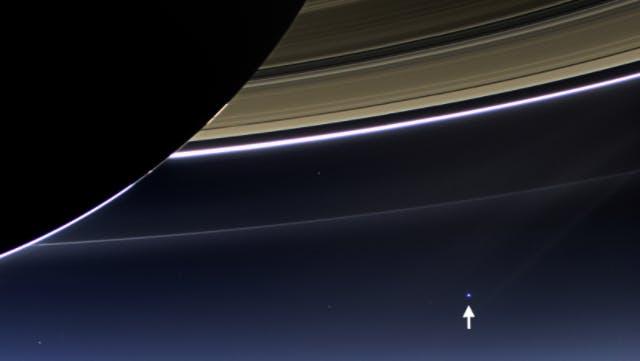 Terra entre anéis de saturno