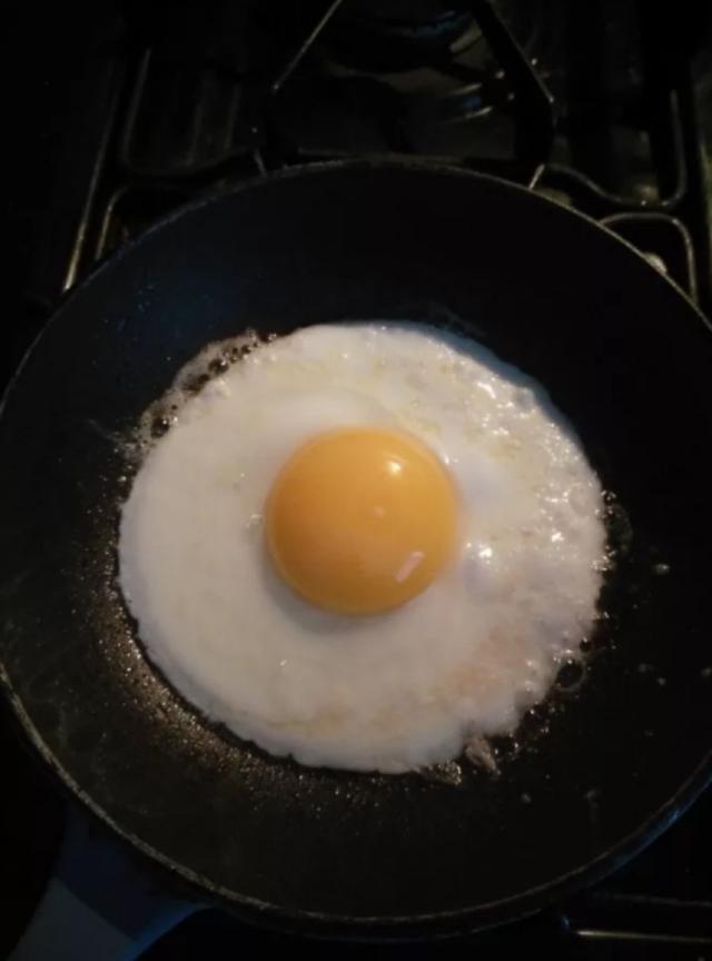 Um ovo em um prato