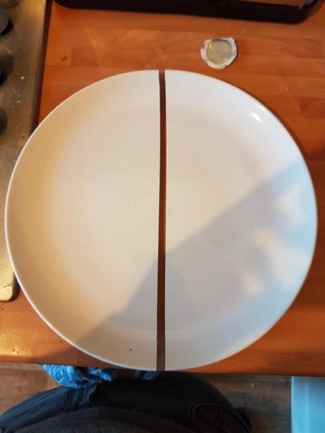 Um perto de uma tigela na mesa