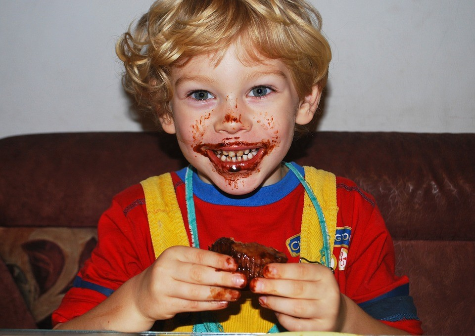 Garotinho comendo um doce