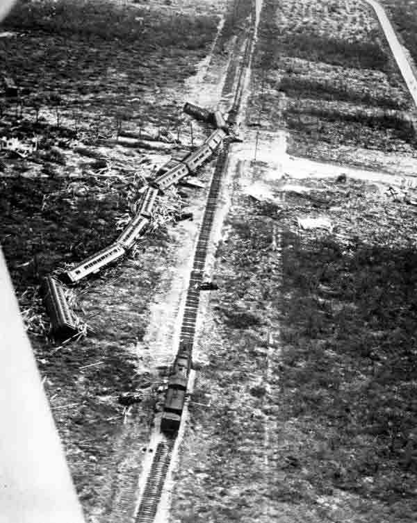 Trem tombado pelo furacão