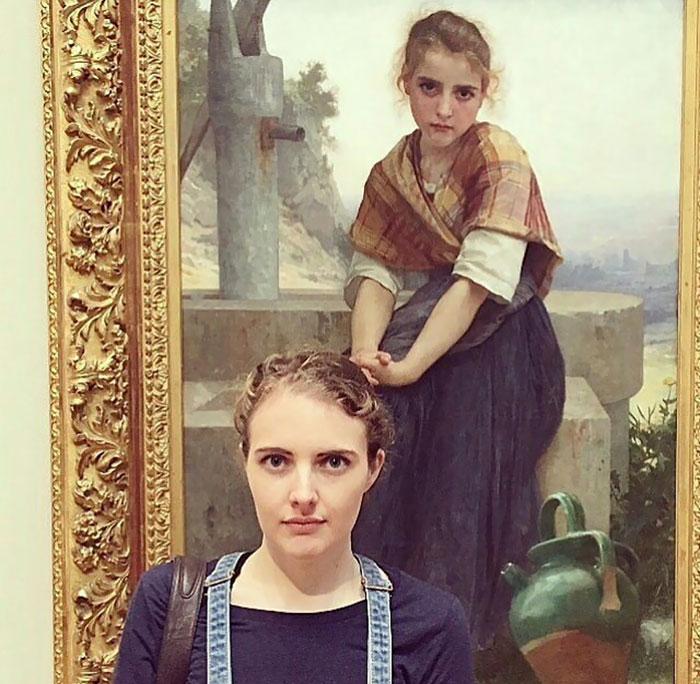 Mulher na frente de um quadro