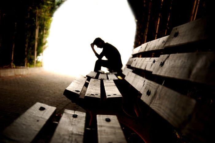 Um homem sentado num banco
