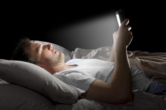 Um homem deitado em uma cama