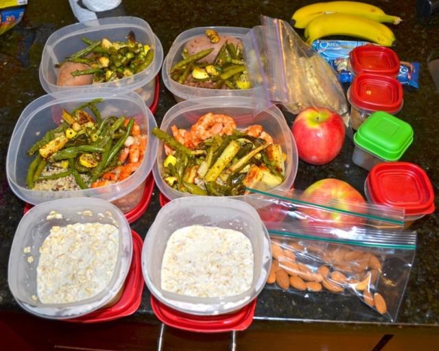 Uma mesa cheia de comida