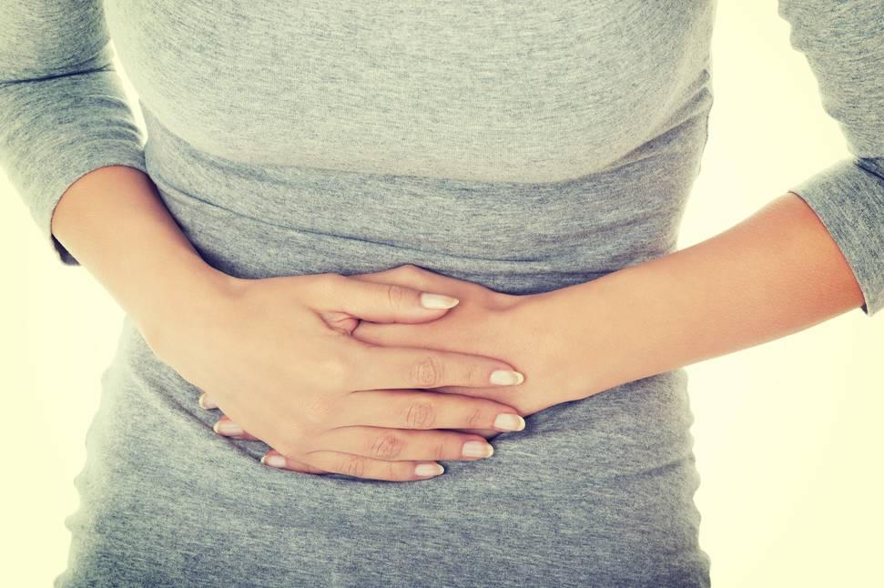 Mulher com dor de estômago