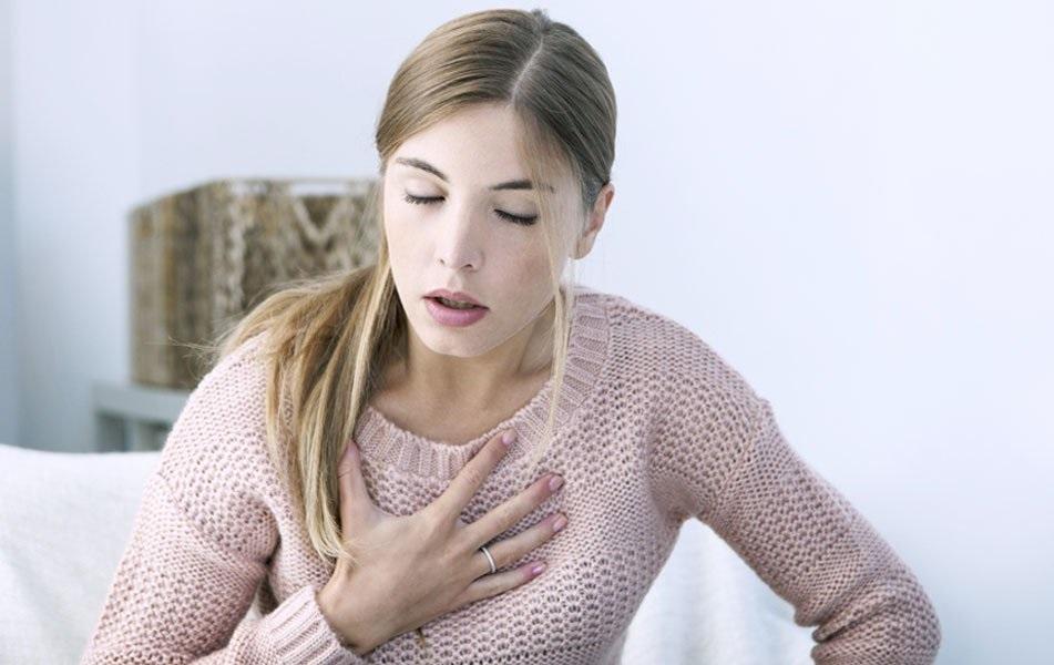 Mulher com problemas respirar