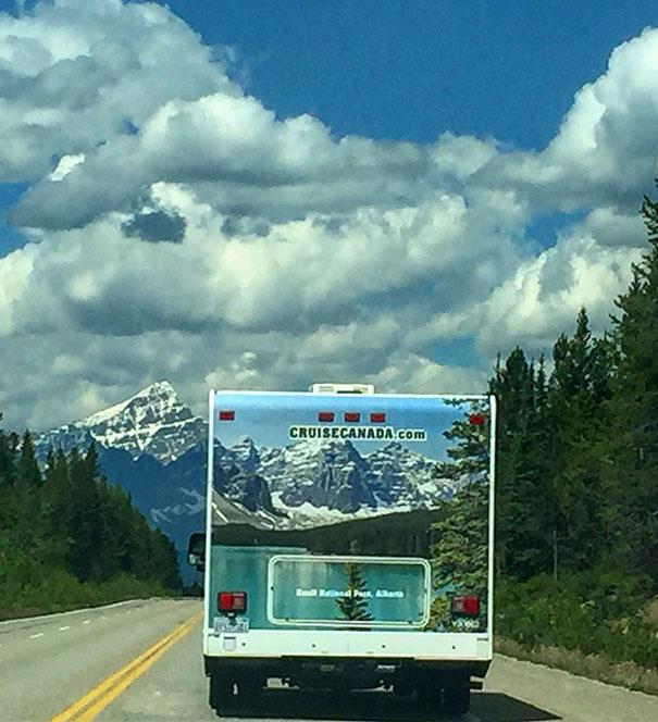 Trailer dirigindo pela estrada