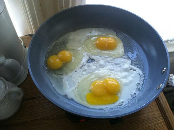 três ovos com duas gemas