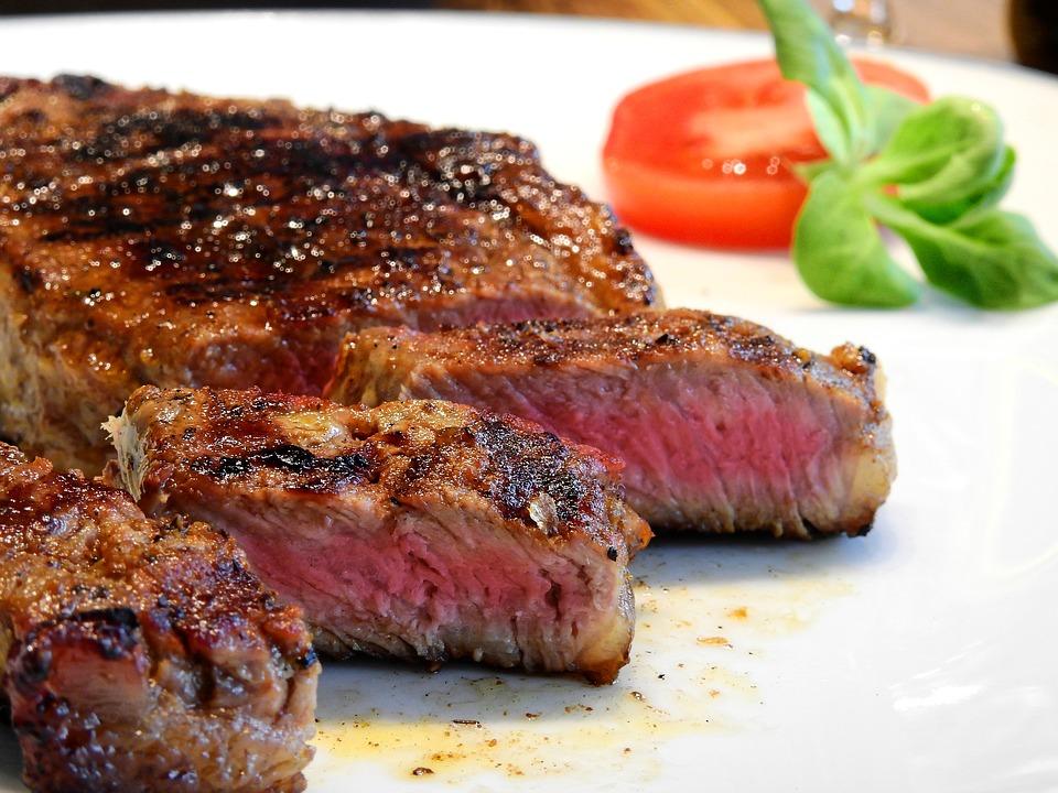 Um prato de carne e legumes