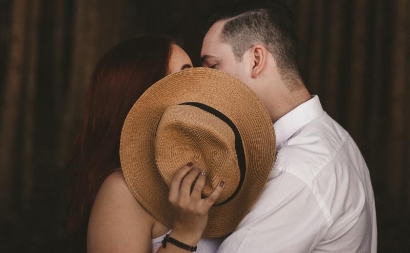 Casal trocando beijos