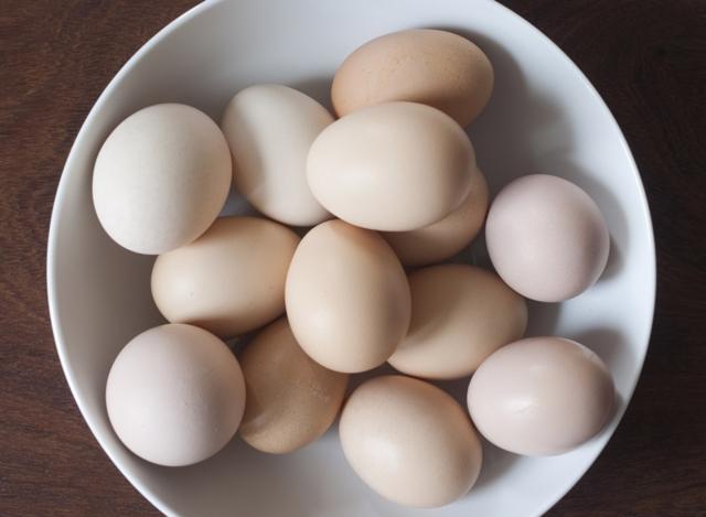 Um ovo marrom em um prato