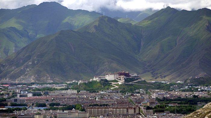 Uma grande montanha ao fundo