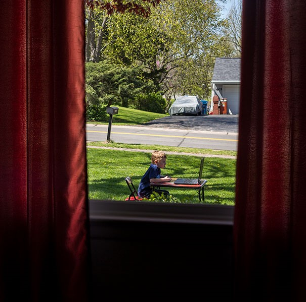 Menino brincando fora de casa