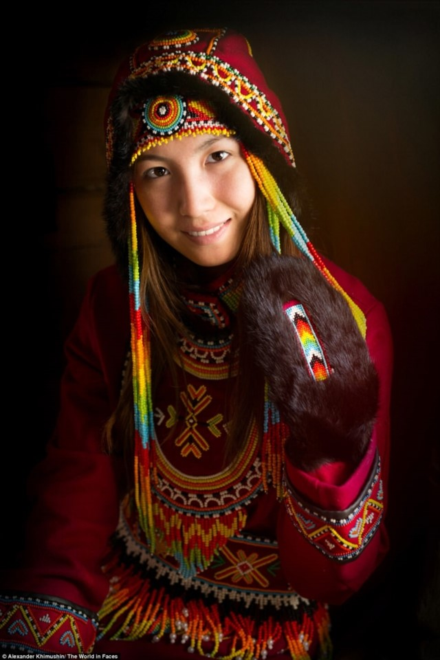 Uma garota usando um chapéu