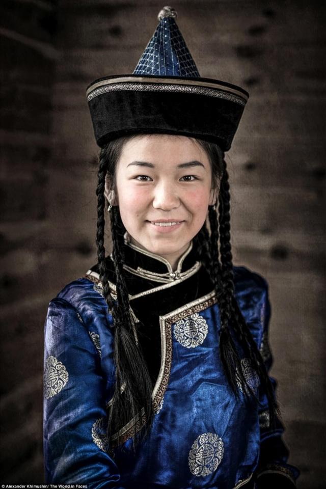 Uma mulher usando um chapéu