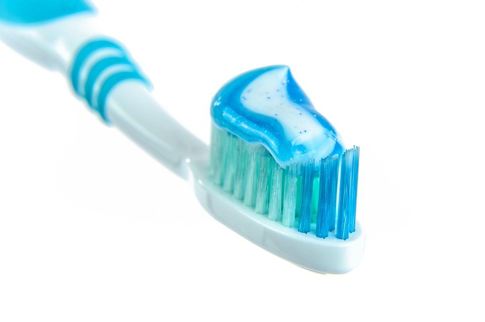 Uma escova de dentes com pasta