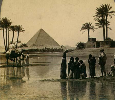 Um grupo perto de pirâmide