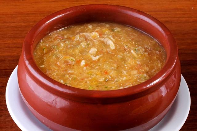 Um perto de uma tigela de sopa