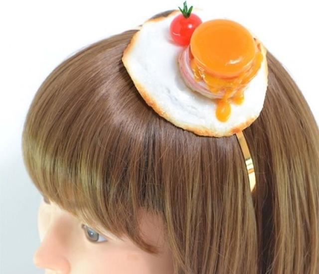 Uma menina comendo um donut