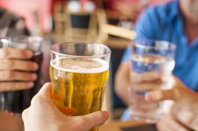 Uma pessoa beber de um copo