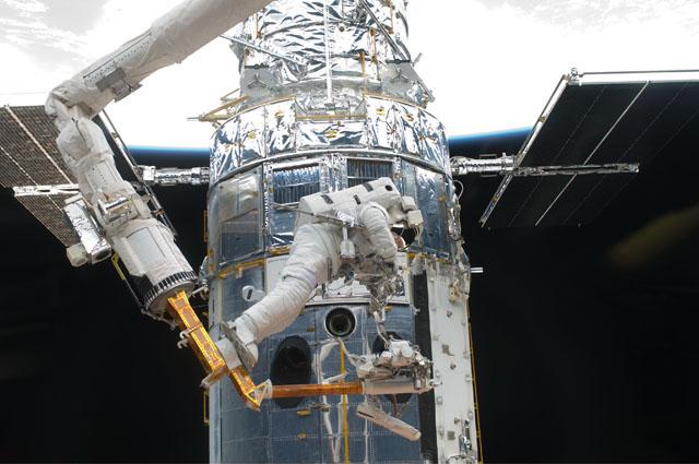 Astronautas realizando a última manutenção do Hubble, em 2009 (Crédito: NASA)