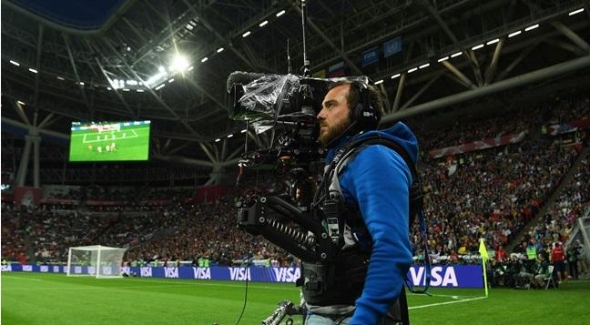 Um homem segurando uma câmera.