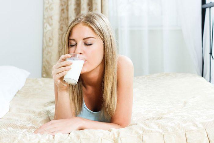 Loira tomando leite