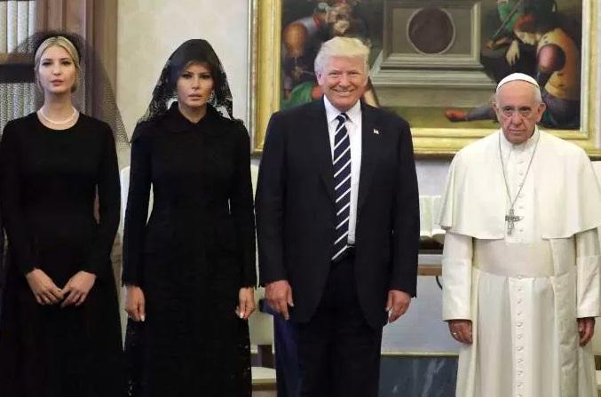 Papa com a família Trump.