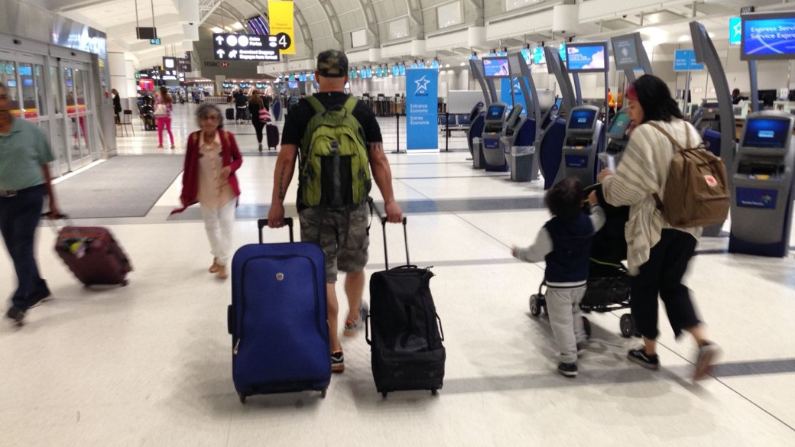 Homem em aeroporto