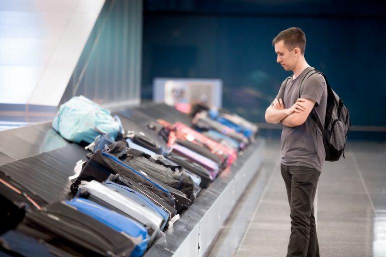 Malas em esteira de aeroporto