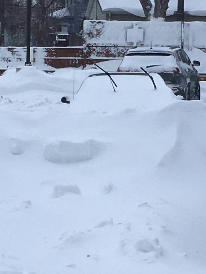 Carro soterrado sob a neve