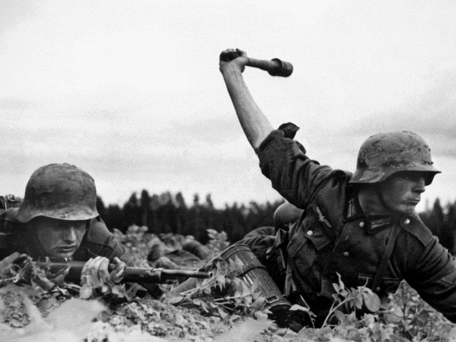 Soldado lançando granada