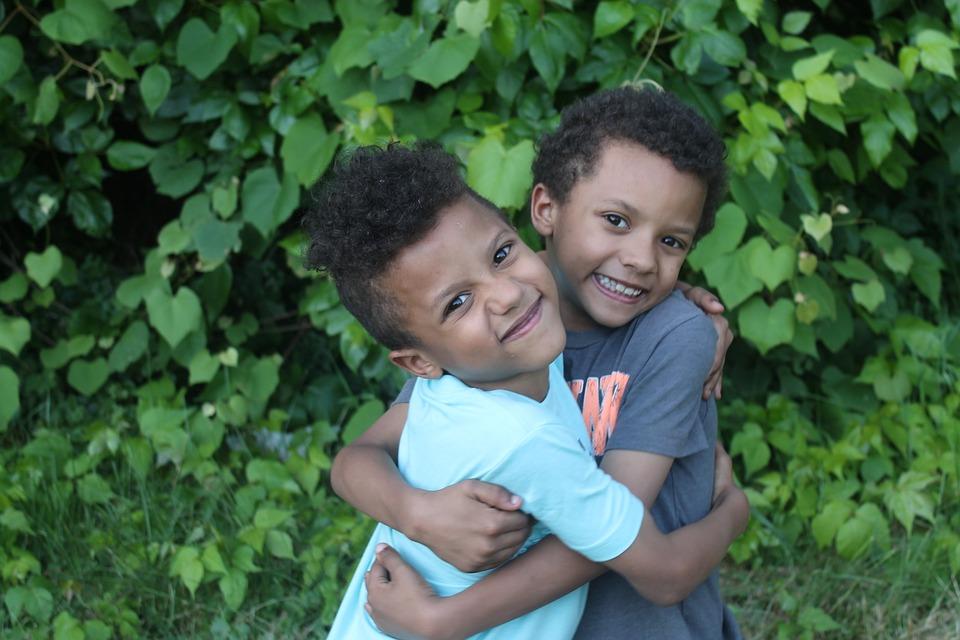Meninos gêmeos abraçados
