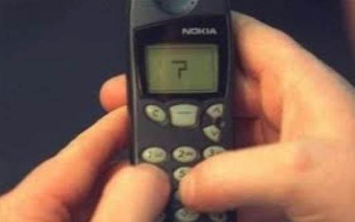 Uma pessoa jogando no celular.