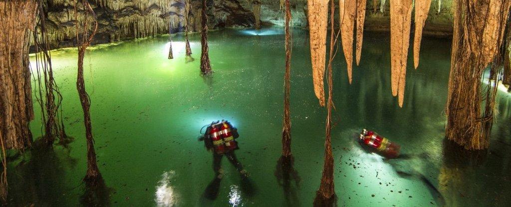 Caverna inundada no México