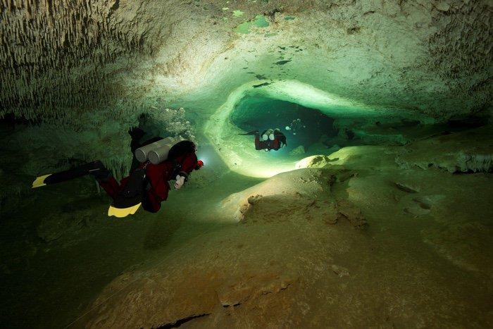 Mergulhador em túnel submerso