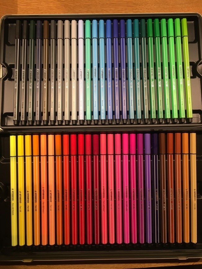 caixa de canetinhas coloridas